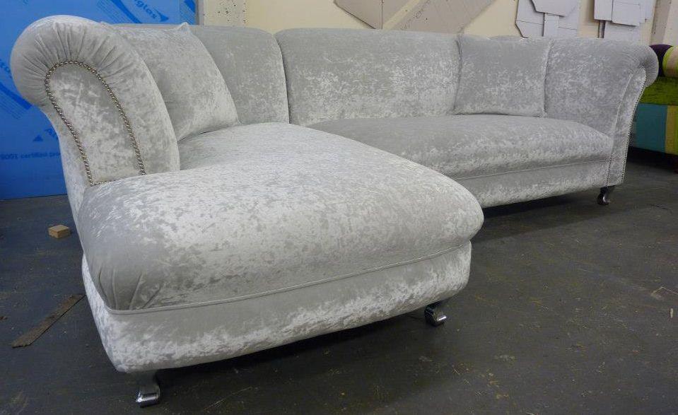 chesterfield ecksofa modell chatsworth in hellgrauem samt. Black Bedroom Furniture Sets. Home Design Ideas