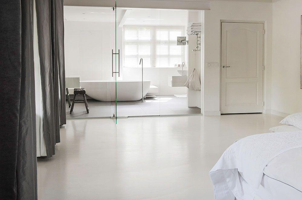 Gietvloer slaapkamer wit sfeer interieurfoto industrial loft