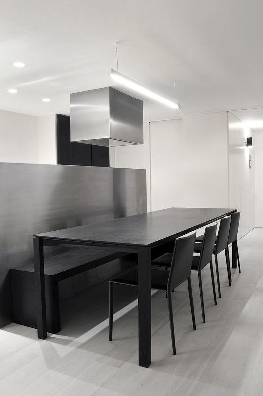 Una mesa de comedor de línea sencilla y sillas simples negras ...