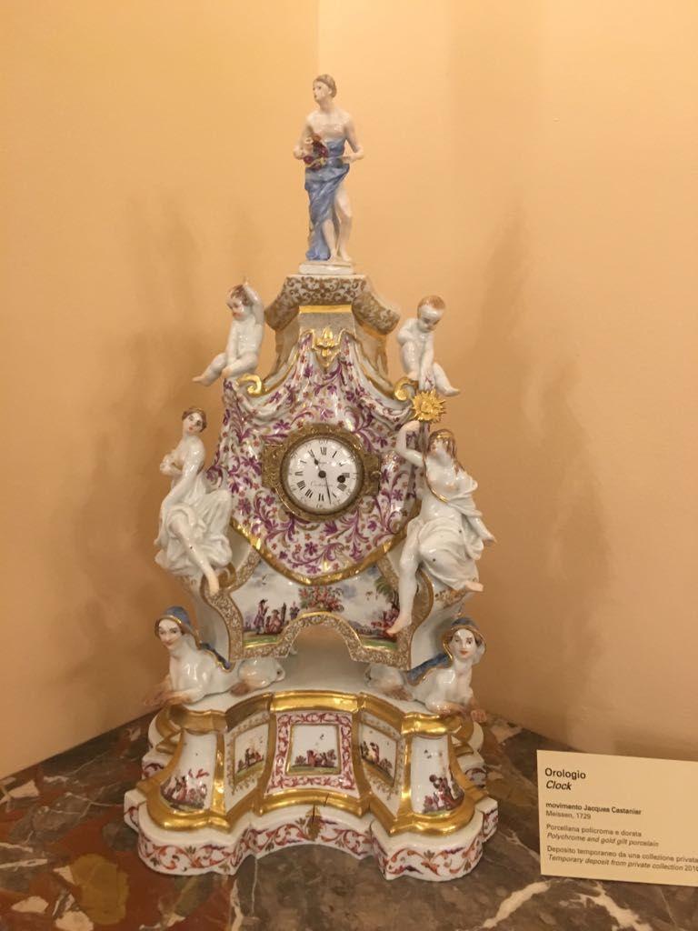 Orologio della manifattura di Meissen (1729) conservato al museo @poldipezzoli, con decorazioni a cineserie ispirate alle incisioni di Johann Gregorius Höroldt.