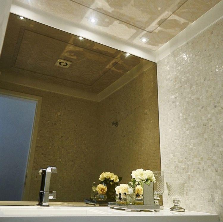 Lavabo com espelho bronze e pastilha de madrepérola por LM Arqutetura