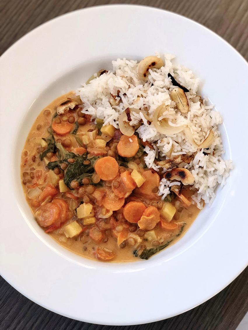 Curry de légumes, riz aux oignons et noix de cajou – vegan