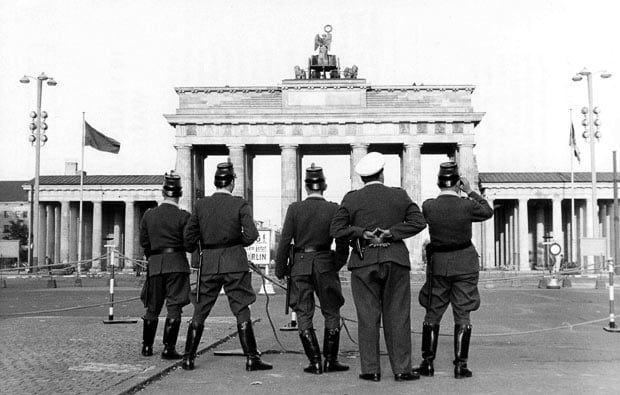 28 August 1961 Westberlin Polizisten Am Brandenburger Tor Brandenberg Gate Witness To History Pinterest Cold War