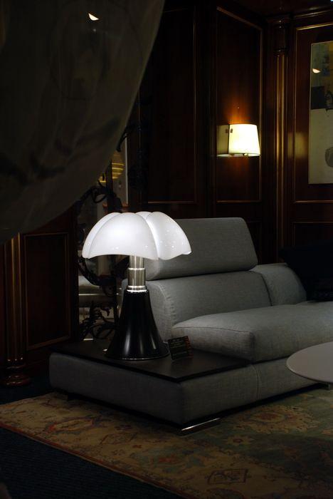 La Lampe Pipistrello De Gae Aulenti Creee En 1965 Mobilier Design Lampe Pipistrello Lampe Design