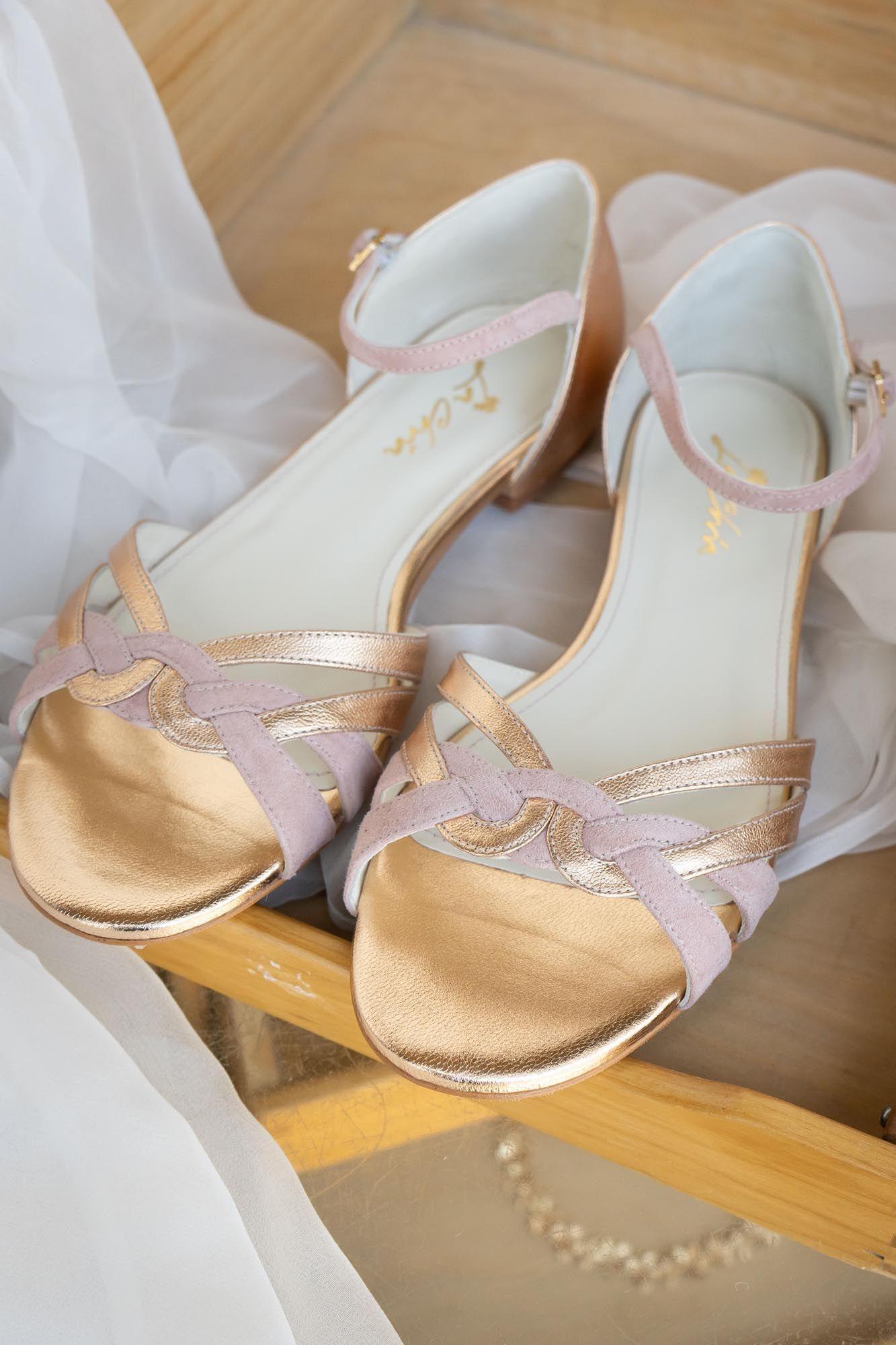 Brautschuh Flache Sandalette In Gold Und Altrosa Zur Hochzeit Athen In 2020 Brautschuhe Hochzeitsschuhe Braut Sandalen