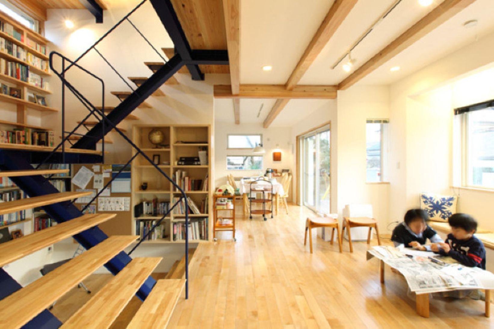 子供たちも元気に育つ吹き抜け大階段 でっかい階段のある家 Tau設計