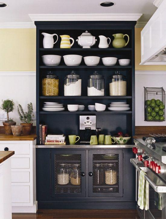 Un cambio en la tonalidad del mueble puede servir como marco a la decoración y si se dejan a la vista artículos propios de la habitación mucho mejor....