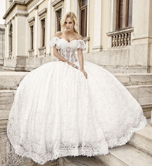 384dc5bc88f9 Το απόλυτα παραμυθένιο νυφικό με μπούστο σε σχήμα καρδιάς και πλούσια  φούστα από τούλι και δαντέλα