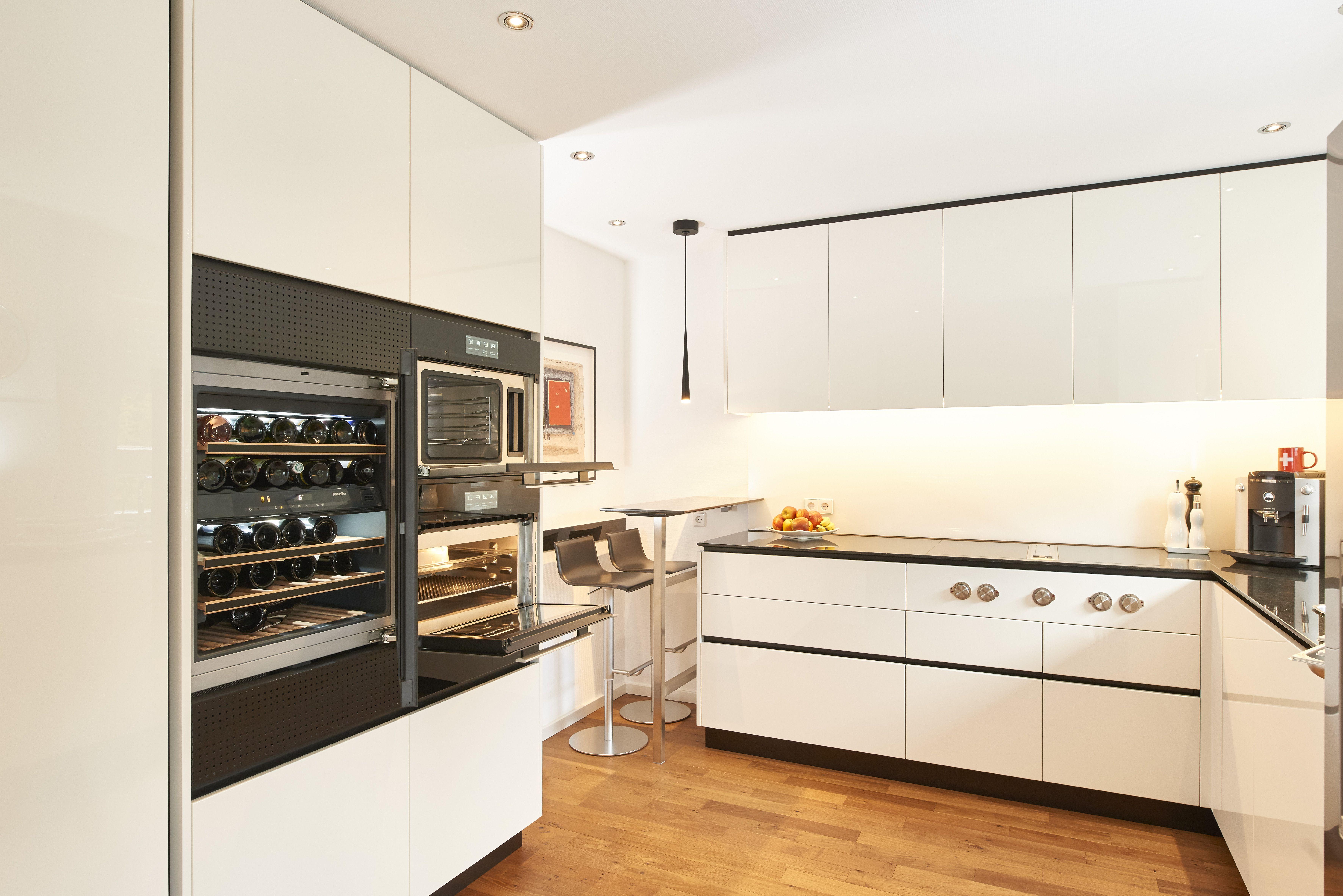 Schwarz Weisse Hochglanzlackierung Bestimmt Diese Kuche Die Arbeitsplatte Besteht Aus Schwarzem Granit Integrierte Led Beleuch Kuche Moderne Kuche Einbaukuche
