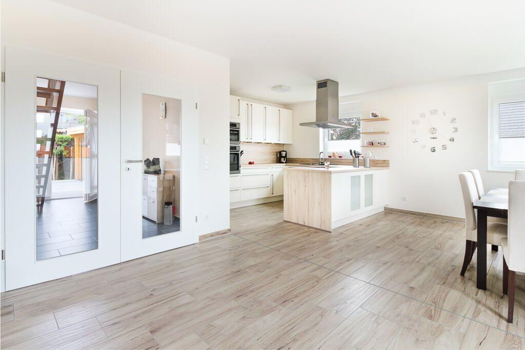 Küche modern offen mit Kochinsel  Boden Fliesen in Holzoptik