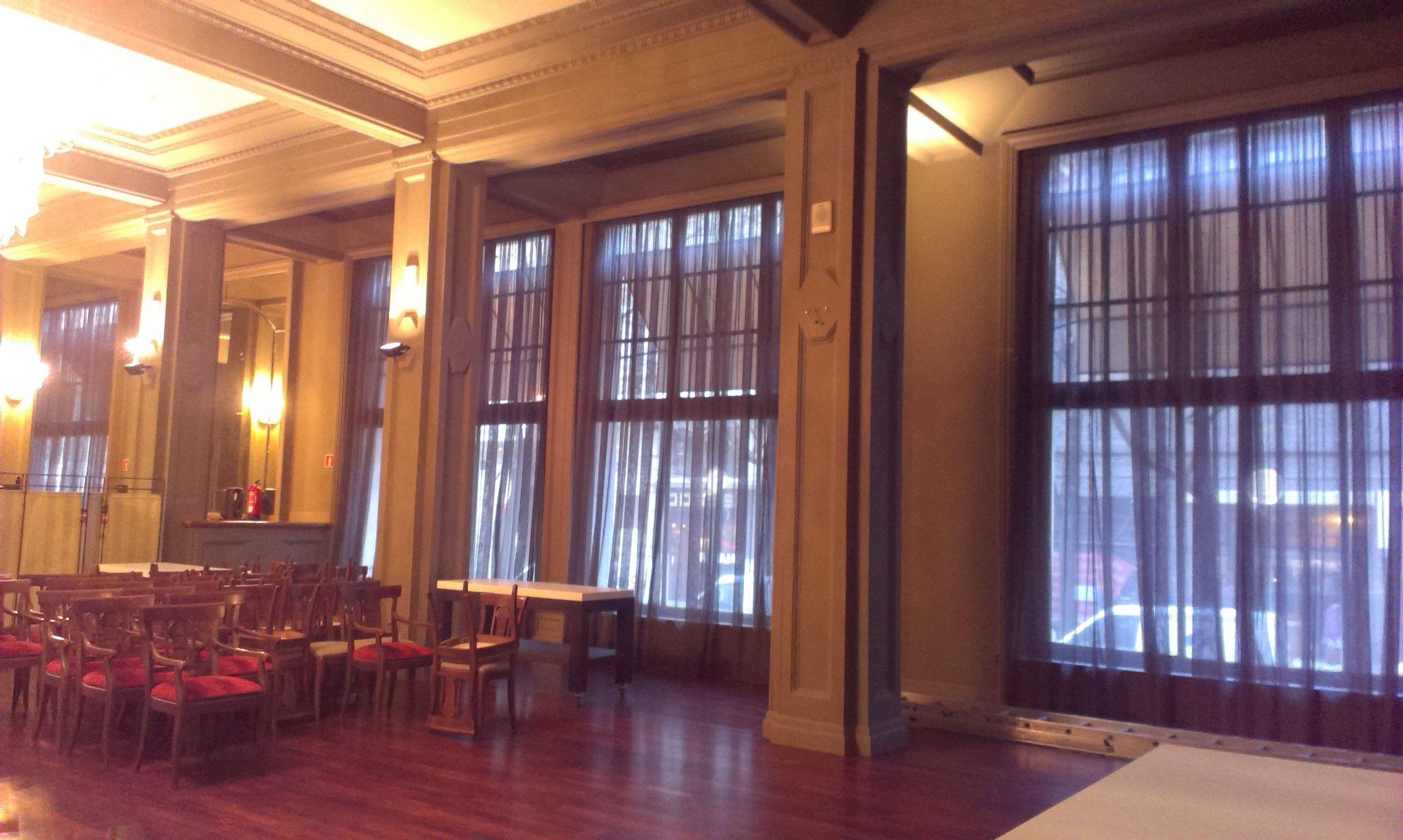 Sal n para eventos los visillos conservan la transparencia y la intimidad necesaria estorweb - Visillos para salones ...