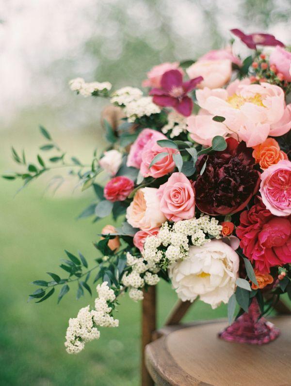 Arranjo floral com tons de rosa, vermelho, branco e marsala