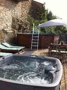 Este hotel rural en lleida posee un jacuzzi al aire libre con unas vistas espect culares - Jacuzzi aire libre ...