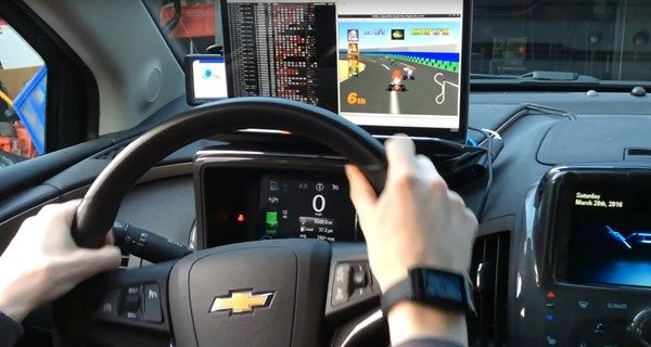 Jovem transforma seu carro em um simulador de Mario Kart 64