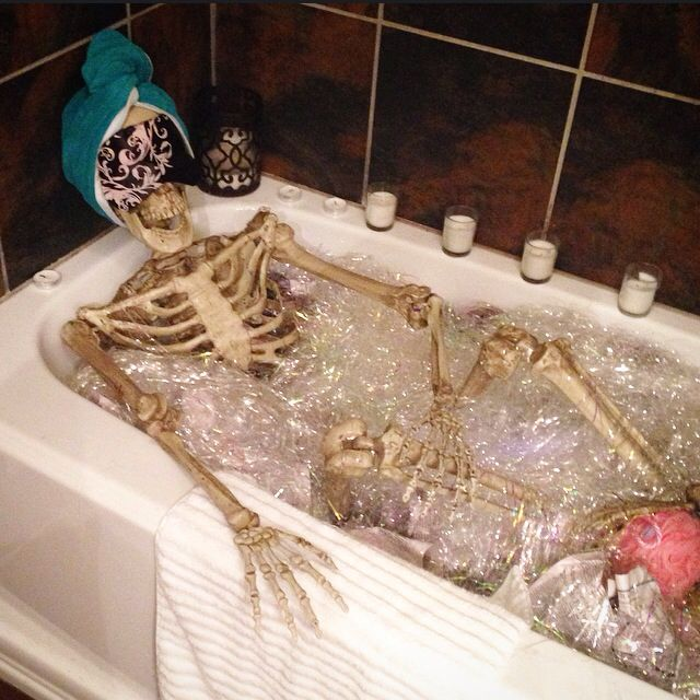 Halloween decorations Skeletons in the tub Halloweeeeeeny Pinterest - halloween decorations skeletons