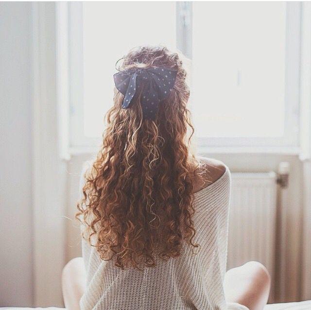 Девушка с кудрявыми волосами картинка на аву