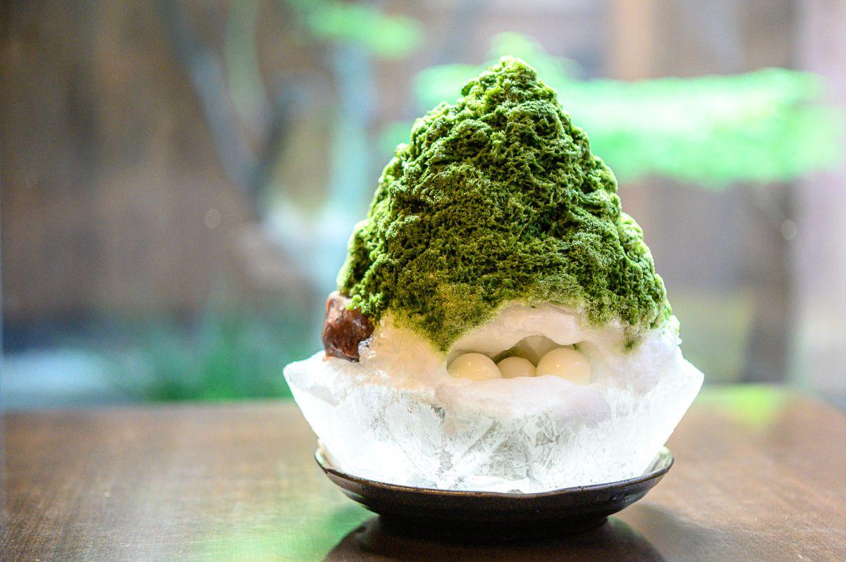 京都・祇園にある「祇園下河原 page one」は、京都で一番古い氷屋「森田氷室本店」がプロデュースするカフェ&ダイニングバー。看板メニューのかき氷は、最後まで溶けないとの評判。その秘密は、器にあり……?