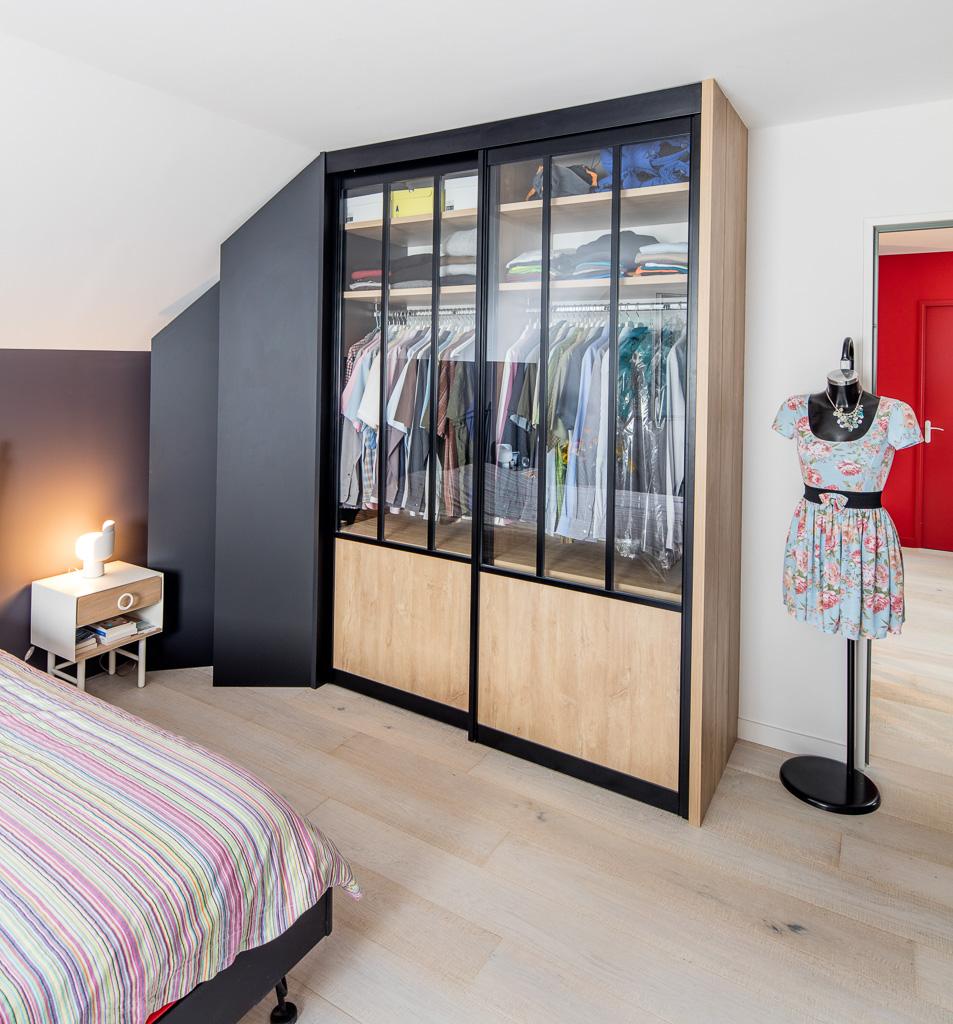Dressing Droit Avec Portes Coulissantes Noir Et Bois Style Loft Porte Coulissante Placard Design Placard Chambre A Coucher