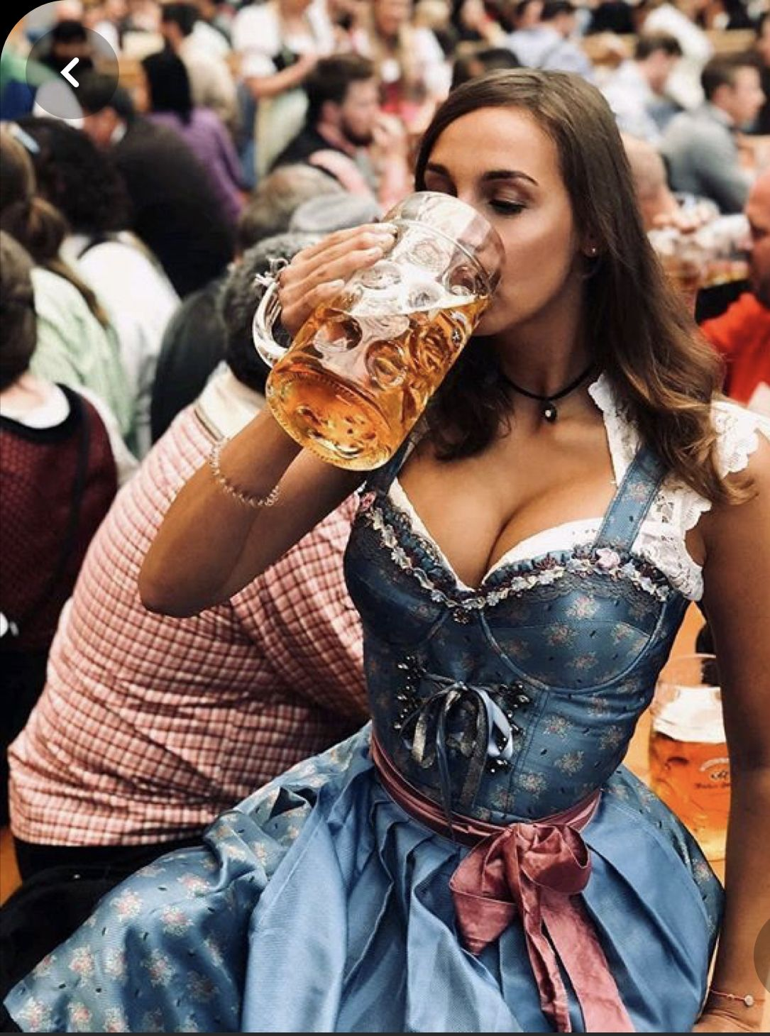 Kellnerin nackt oktoberfest Neuer Trend
