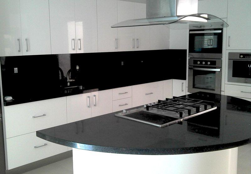 Otra cocina blanca con negro dise o pinterest cocina for Cocina integral blanca pequena