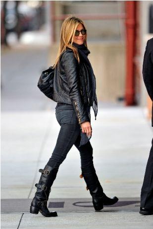 Look de Jennifer Aniston: Chaqueta motera de cuero negra