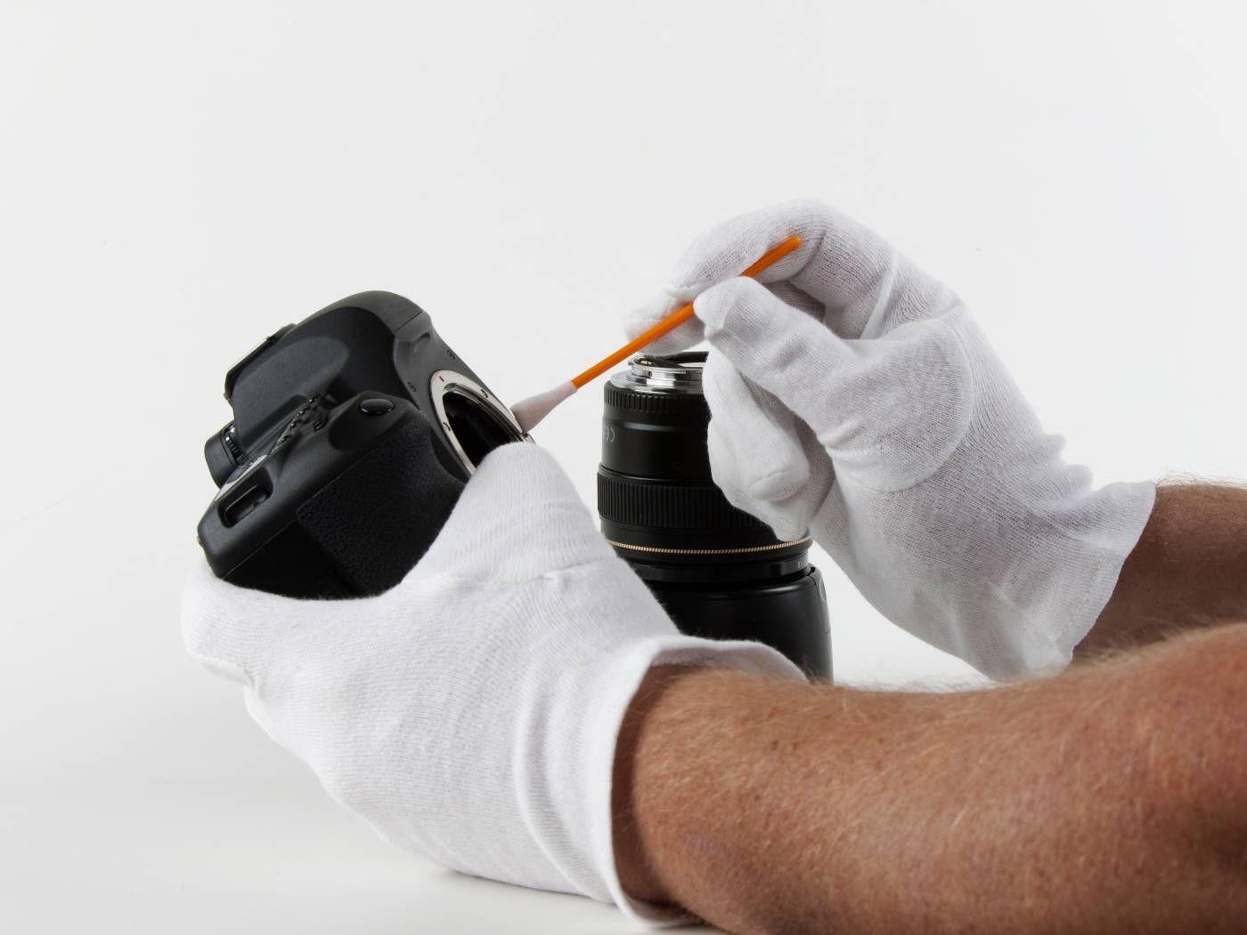 Kamerapflege – Reinigung einer Kamera mit einem Wattestäbchen. Um allzeit schöne Fotos machen zu können, ist eine funktionierende Kamera die Grundvoraussetzung! Dazu muss der Fotoapparat gepflegt und angemessen aufbewahrt werden. #kamerareinigung #fototasche Hier zeigen wir euch, wie ihr euere Kamera am besten pflegt und verwahrt: http://www.fotos-fuers-leben.ch/fototechnik/kameratechnik/hinweise-zur-pflege-und-aufbewahrung-ihrer-kameraausrustung/