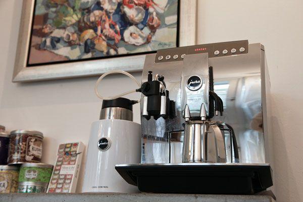 Thuis In Utrecht Nooit vergaderen zonder de beste koffie van Utrecht van The Village Coffee en de echte Kusmi thee! check: www.thuisinutrecht.com