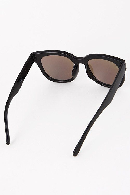 90e8879c377ac These cool retro chic squared sunglasses feature mirrored lenses