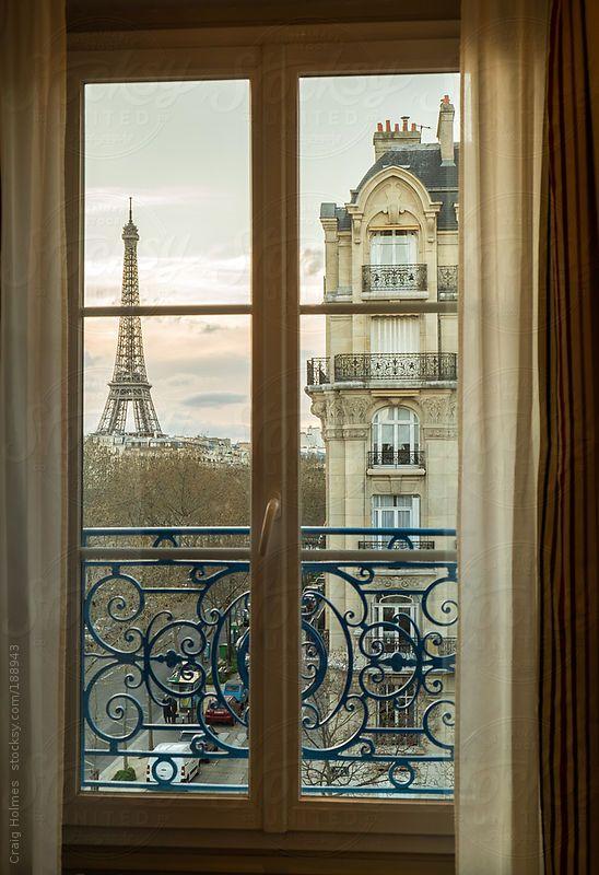 Vue Parisienne Depuis La Fenêtre Dun Immeuble Haussmannien Paris