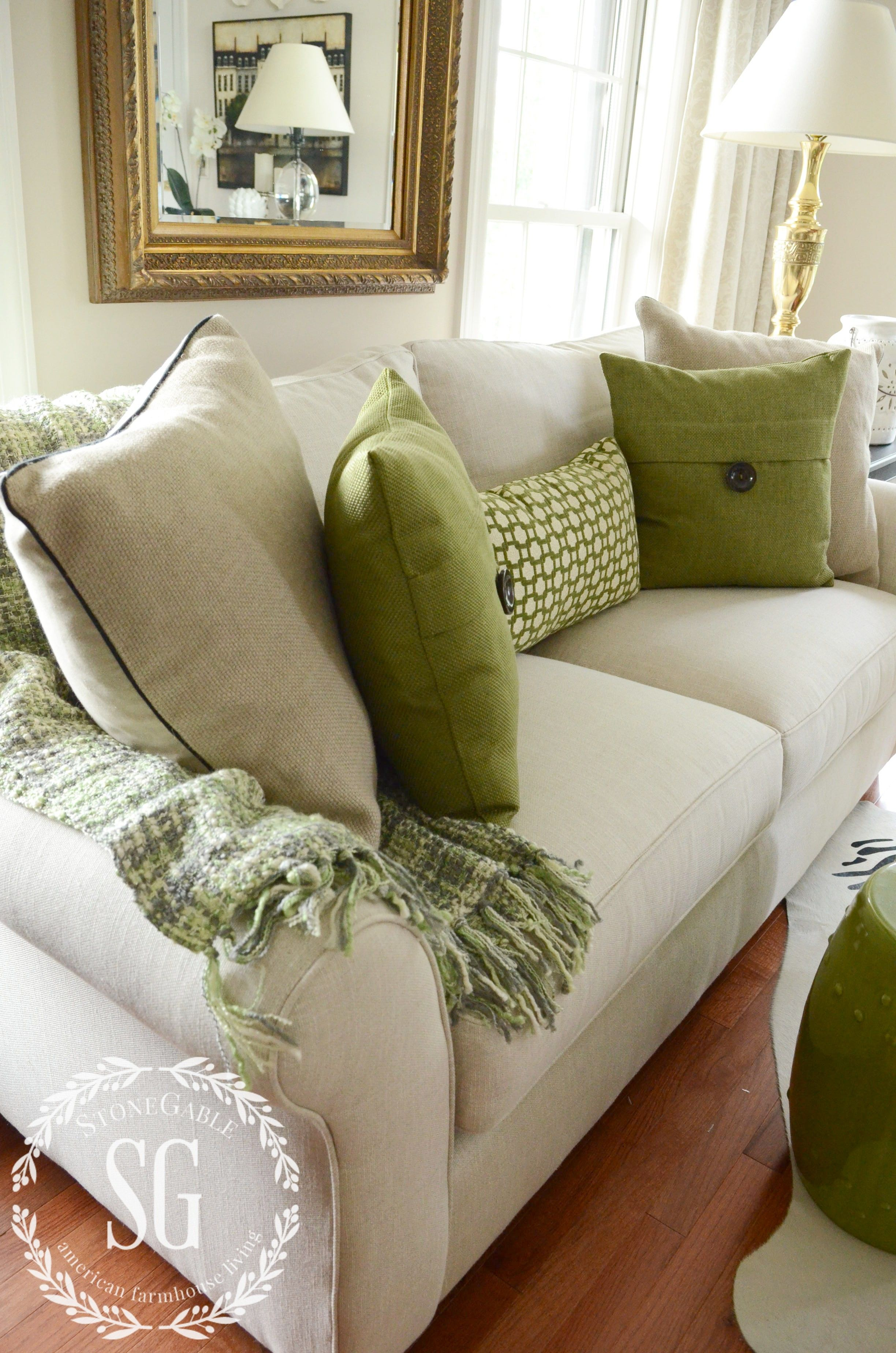 5 NO FAIL TIPS FOR ARRANGING PILLOWS   Home improvements   Pinterest     neutral and green pillows on a neutral sofa with a green throw