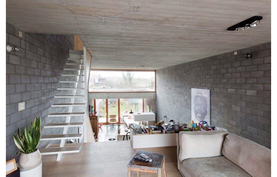 Door te spelen met niveaus kon de architect het bel-etagegevoel omzeilen.