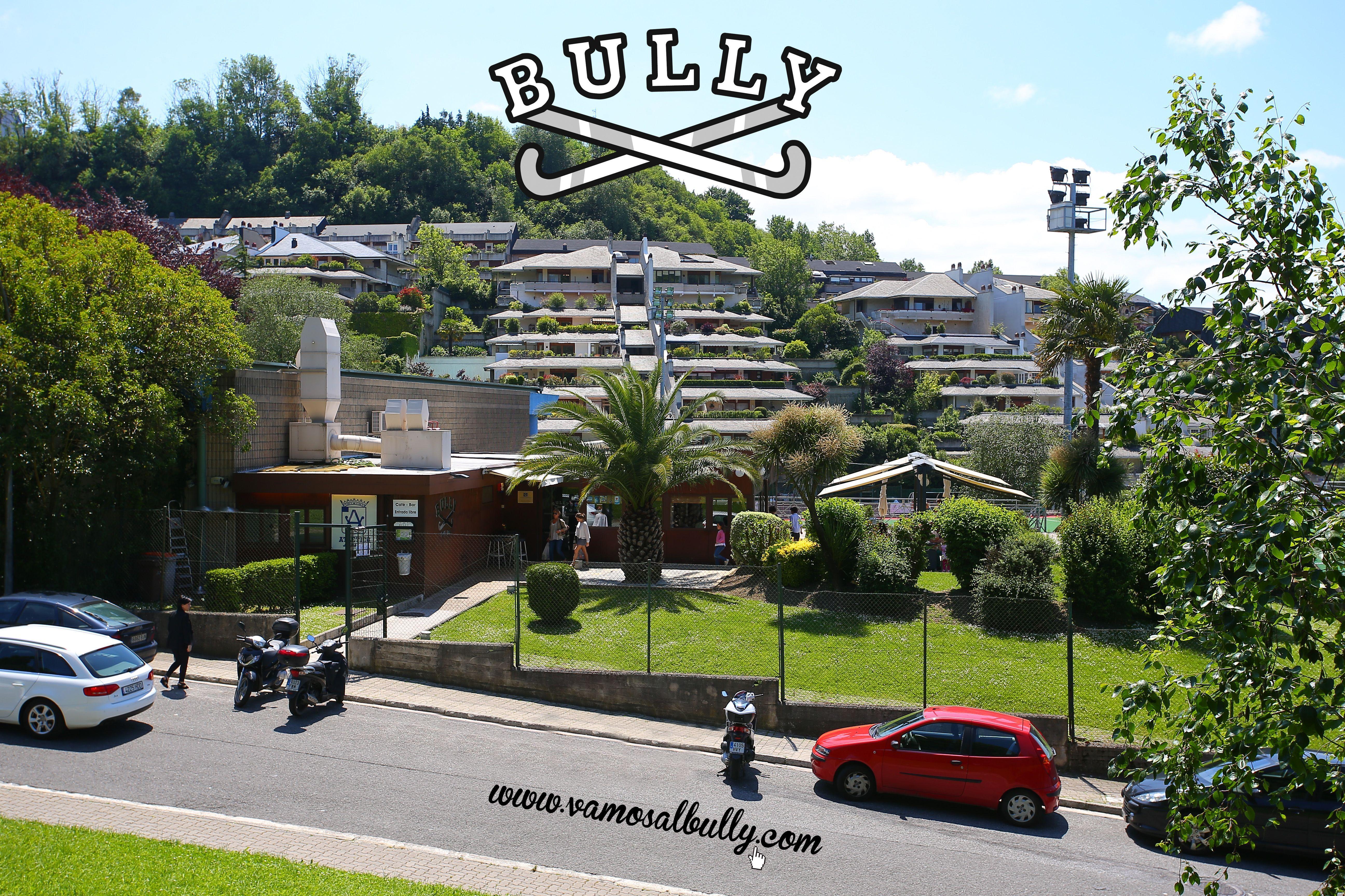 Comer en una terraza tranquila un día de verano en #Donostia #SanSebastian y aparcar en la misma puerta sin OTA es posible si conoces el #vamosalbully.com Vienes a comer con nosotros?