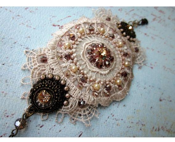 Bracelete Mandala - Bracelete de renda bordada à mão, com cristais, strass Swarovski, metal, pérolas e mini paetês.  Fundo de couro sintético.  Fecho ajustável