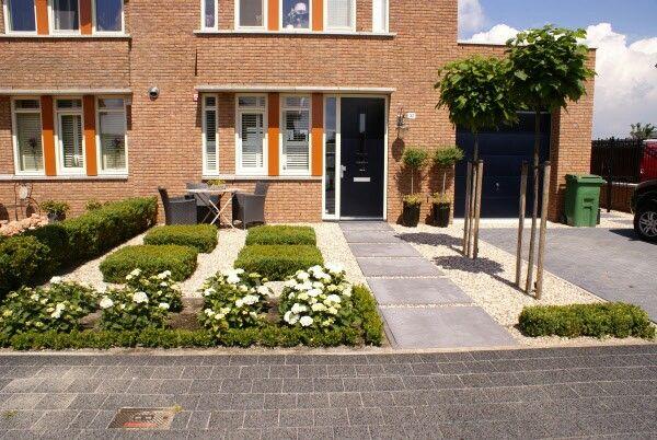 Redelijk moderne voortuin met grote oprit voortuin pinterest green garden gardens and - Doen redelijk oprit grind ...