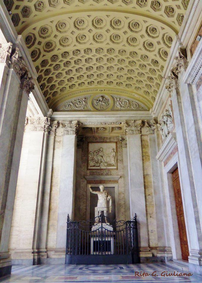 Foto di Rita G. Giuliana. Statua di Costantino nel portico di San Giovanni in Laterano.