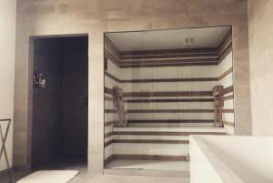 TL Image 757infraroodsauna-en-douche-in-badkamer | Design sauna ...