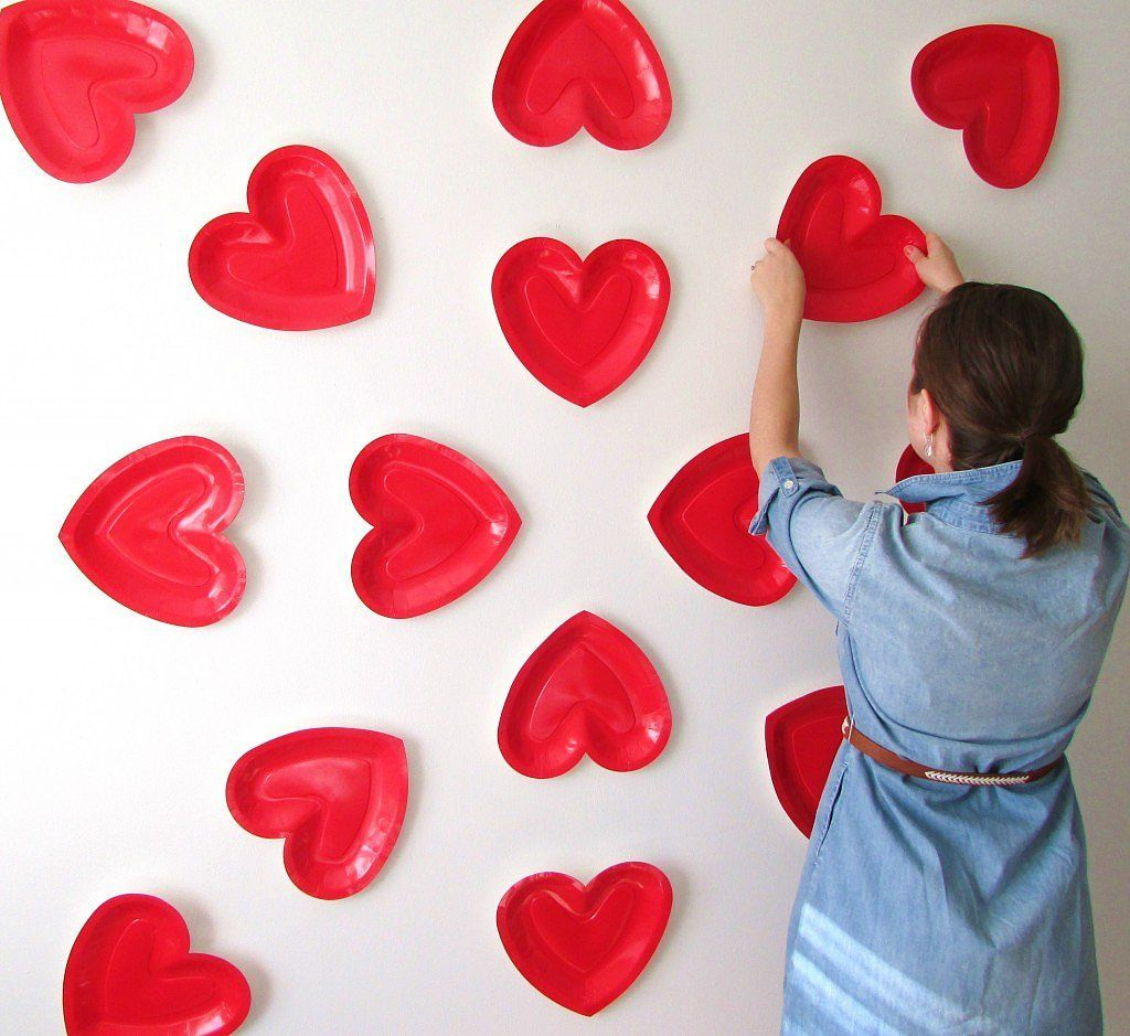 heres how to make your own heart backdrop for an adorable photo session with your gal