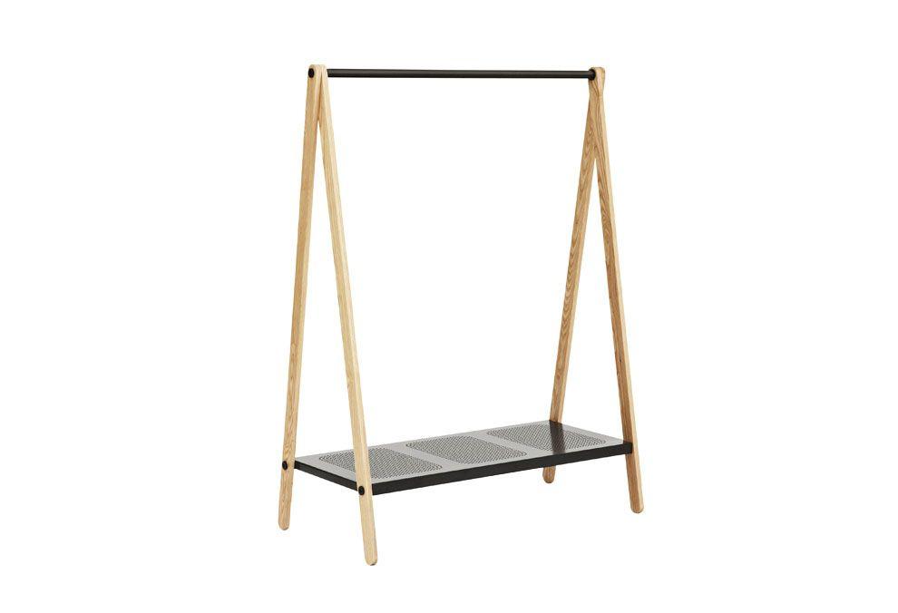 Portant avec structure en bois de frêne naturel. Barre horizontal et étagère ajourée en métal laqué blanc ou gris. Toj se décline également en petit modèle dans deux couleurs.