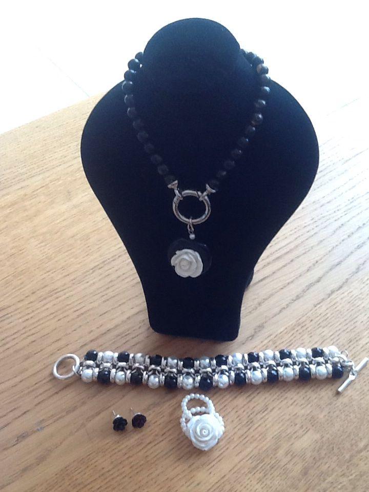 Ketting met witte roos en armband met zwart witte parels.