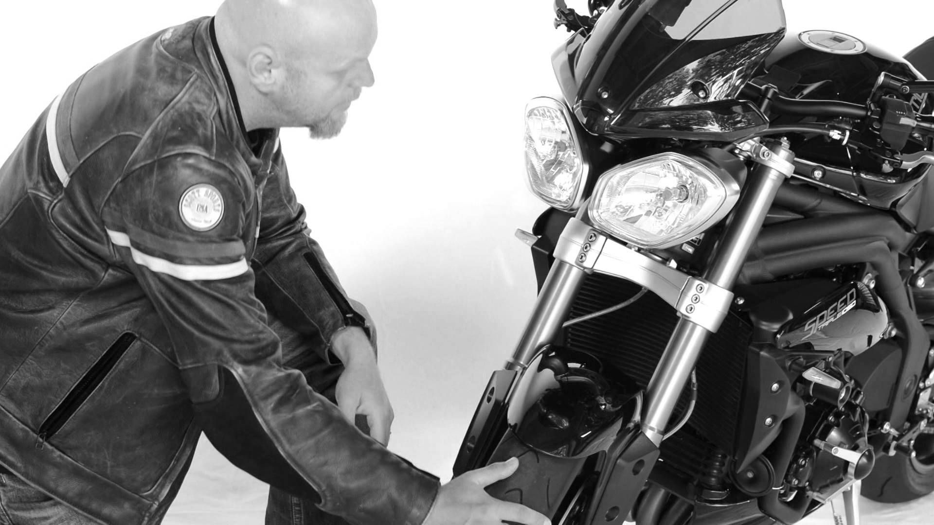 FIRST RIDE – 5 riders get on a Triumph Speed Triple for the first time (...