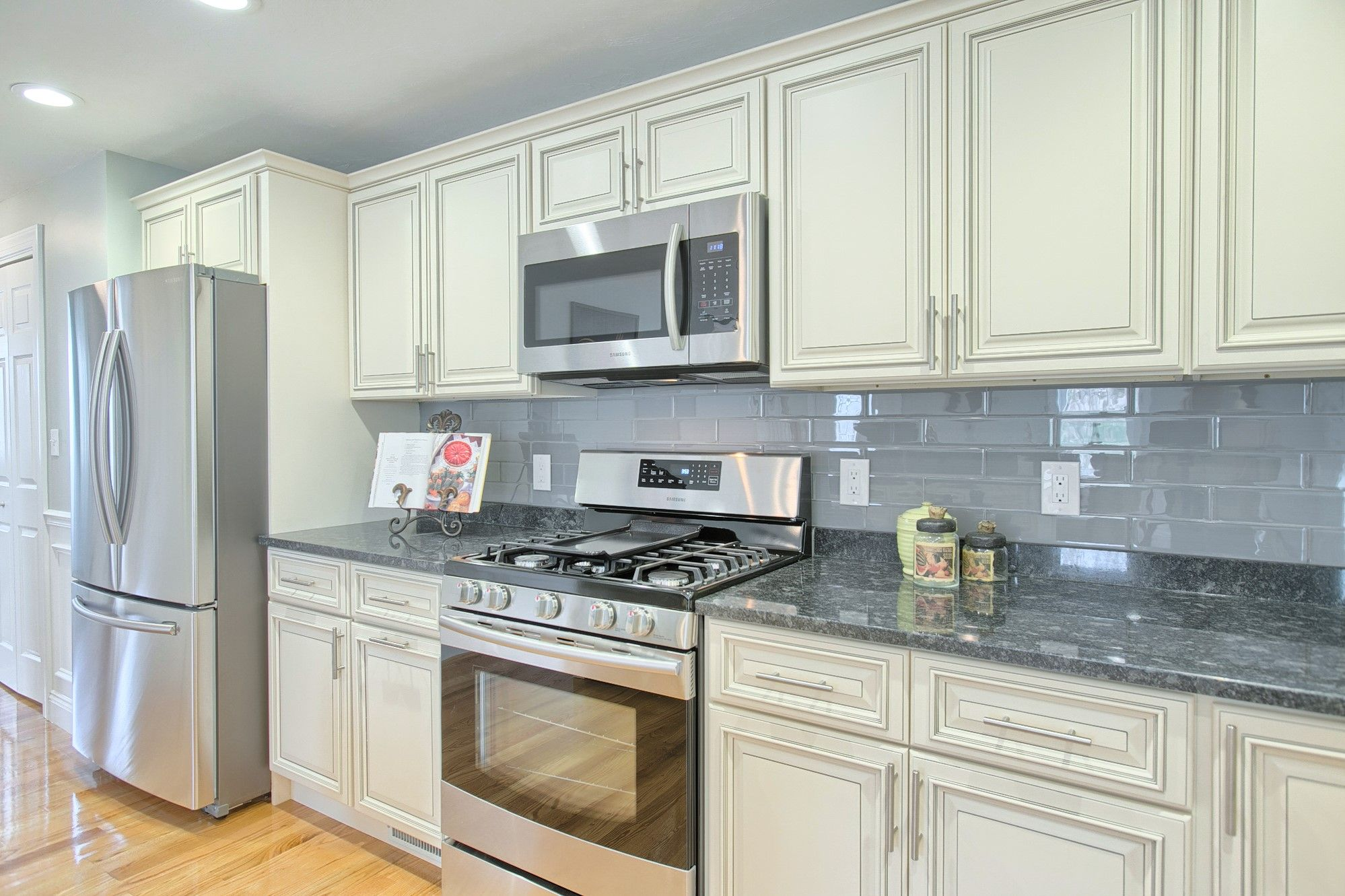 21 Manns Court Woburn Ma This Expansive Kitchen Features Stainless Steel Appliances Steel Gray Granite Counters Linen With Images Home Kitchens Kitchen Grey Granite