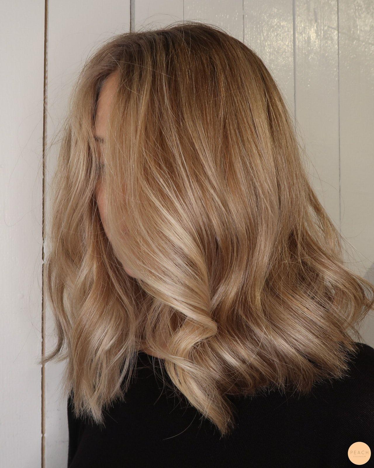 Beige blond hårfärg med toner av guld och slingor