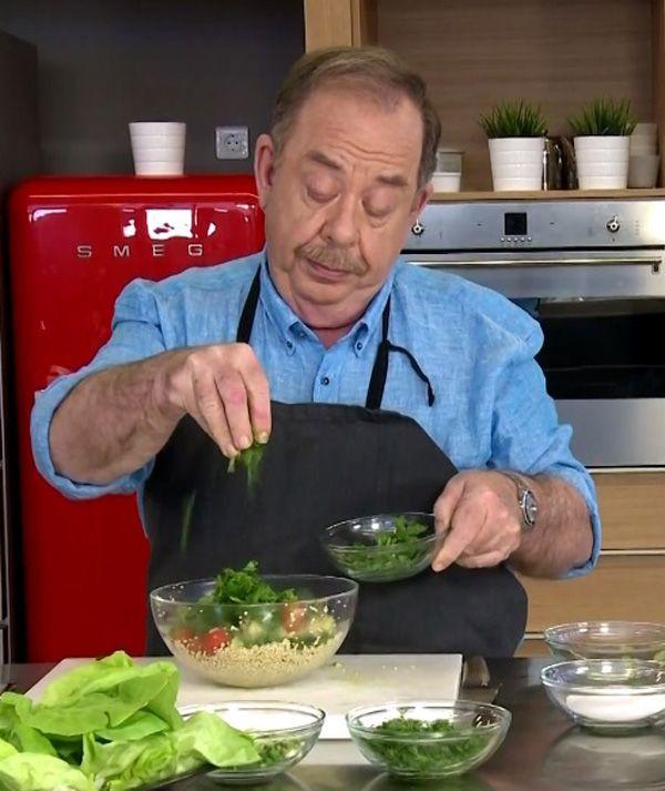 Φτιάχνουμε μια νόστιμη και θρεπτική σαλάτα με κινόα, μία υπερτροφή που γνωρίσαμε καλύτερα τα τελευταία χρόνια και αγαπάμε πολύ.