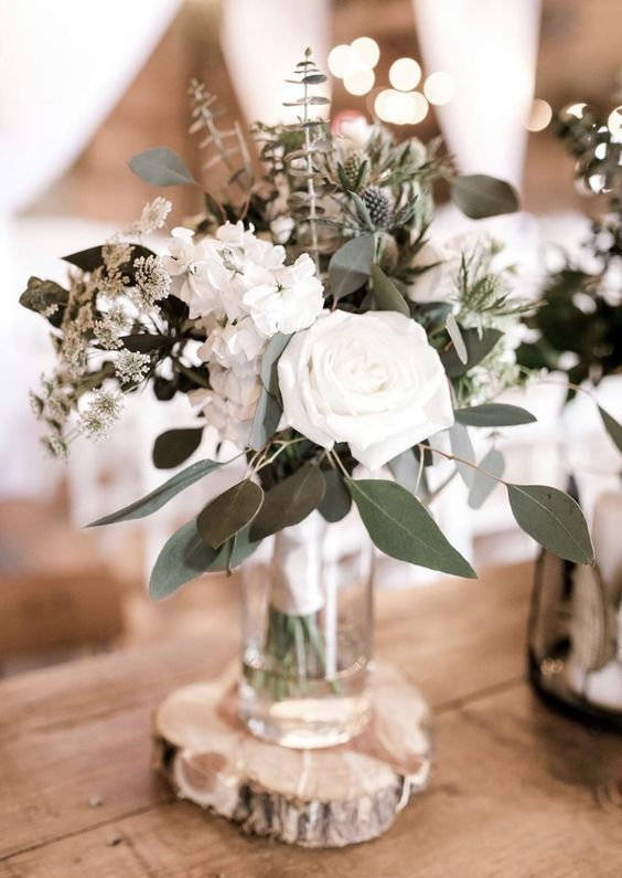 un elegante centro de mesa de boda de invierno de flores blancas, vegetación y cardos siempre funciona para cualquier boda – Weddingomania  – Boda fotos