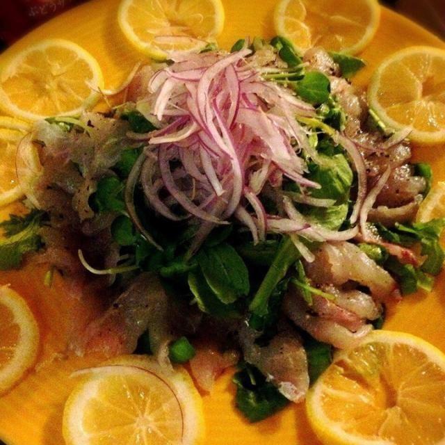 アマダイ2匹を捌きました。  鯛系の魚を捌いたのが初めてで、鱗を取るのに、苦心しました。  ソースは、オリーブオイル、レモン、塩、スパイス少々。 調理、味付け共にシンプルでしたが、旬の魚に勝るものはないようです◎ - 17件のもぐもぐ - アマダイのカルパッチョ by takumasato0hw