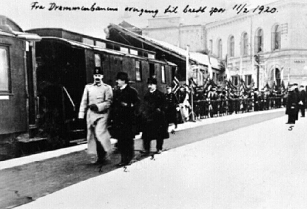 Christiania Kristiania Oslo  Kong Haakon på plattformen på Oslo V på vei til åpning av den bredsporede Drammenbanen; på vei til åpningen av strekningen Kongsberg-Hjuksebø 1920