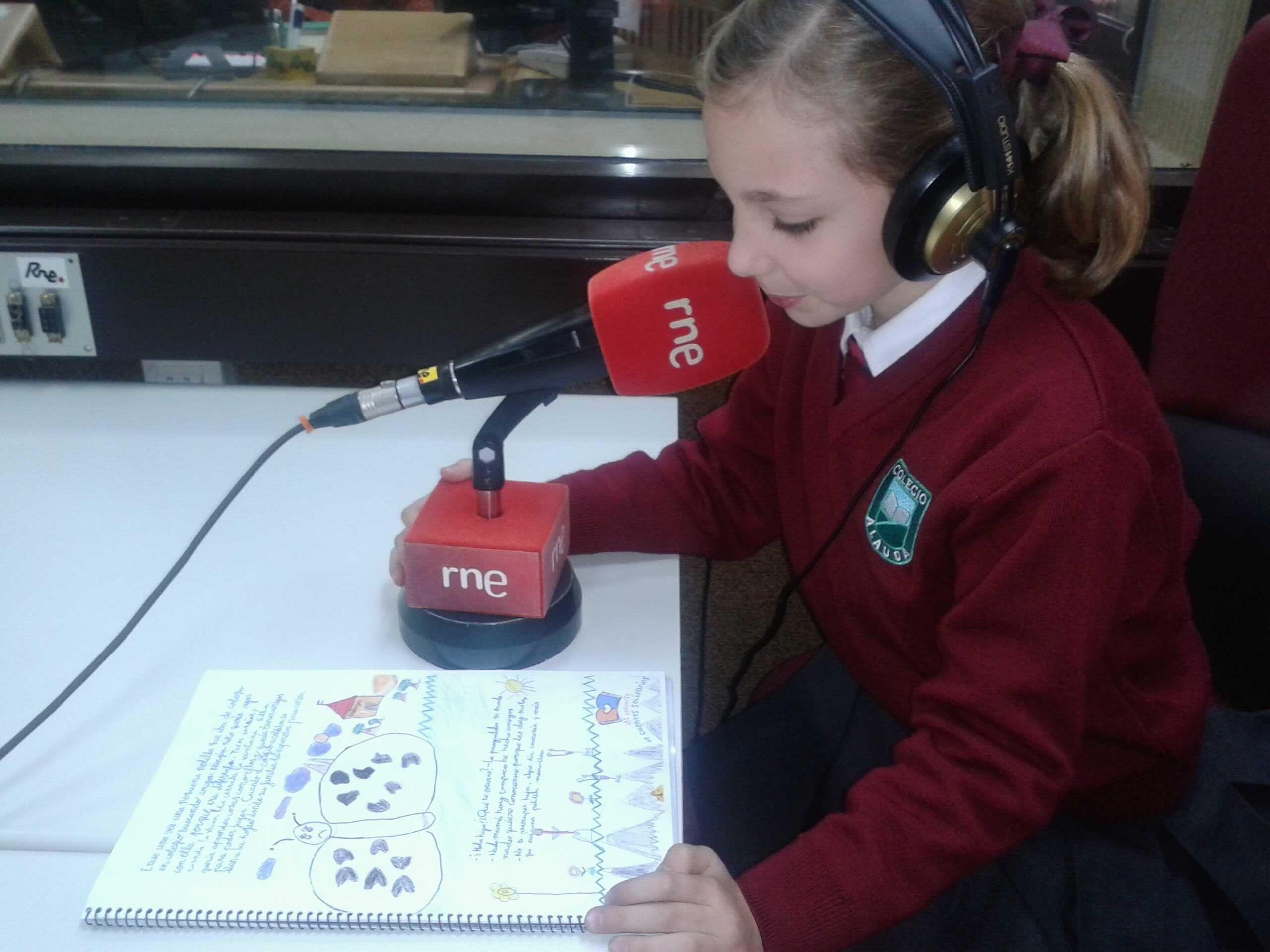 """Una alumna del Colegio Alauda en Córdoba leyendo """"La polilla voladora"""", cuento ganador del Primer Ciclo en su X edición"""