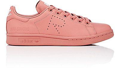 adidas x raf simons donne 'stan smith in basso sopra le scarpe da ginnastica.