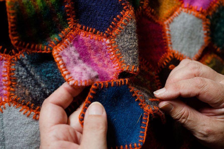 Eija Pöyry on kädentaituri, joka loihtii kaunista ja kiinnostavaa yllättävistä tarpeista ja esineistä. Katso kuvat ja nappaa Eijan vinkeistä...