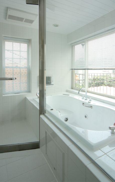ガラス張りのバスルーム ルーフバルコニー越しに都心の景色を楽しめ
